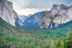 Yosemite dal som sett från punkt för tunnelsiktsutsikt på en stormig sommardag, Yosemite nationalpark, Kalifornien royaltyfria bilder