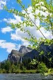 Yosemite dalsikt av den Bridalveil nedgången, Yosemite nationalpark Arkivbilder