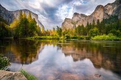 Yosemite dalsikt av El Capitan och den Yosemite nedgången, Yosemite nationalpark V Royaltyfria Foton