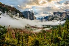 Yosemite dolina przy chmurnym jesień rankiem Obraz Stock