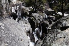 Yosemite för vattenfallChilnualna slinga nationalpark Kalifornien arkivfoton
