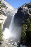 Yosemite Falls che si arresta giù fotografie stock