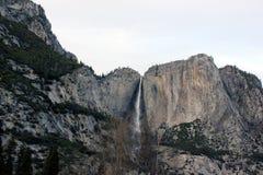 Yosemite Falls, cittadino, parco, California il 24 novembre, visto dal ponte di oscillazione Immagine Stock
