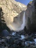 Yosemite Falls con l'arcobaleno in parco nazionale di Yosemite California U.S.A. Fotografia Stock Libera da Diritti
