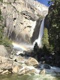 Yosemite Falls con un arcobaleno nella priorità alta Fotografie Stock