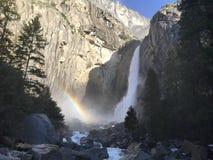 Yosemite Falls con un arcobaleno in parco nazionale di Yosemite California U.S.A. Immagini Stock