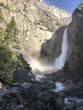 Yosemite Falls con un arcobaleno in parco nazionale di Yosemite California U.S.A. Immagine Stock