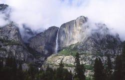 Yosemite Falls em nuvens de tempestade Fotos de Stock