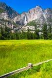 Yosemite Falls en parc national de Yosemite, la Californie Photographie stock libre de droits