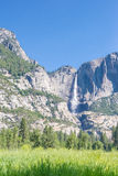 Yosemite Falls i den Yosemite dalen Royaltyfri Fotografi