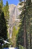 Yosemite Falls im Winter, Yosemite Nationalpark lizenzfreie stockfotos