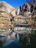 Yosemite Falls och reflexion i den Merced floden Royaltyfri Bild