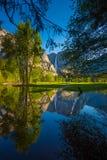 Yosemite Falls reflexion i den Merced flodlodlinjen Compositi Arkivfoto