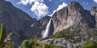 Yosemite Falls relevante em um penhasco íngreme e áspero fotografia de stock royalty free
