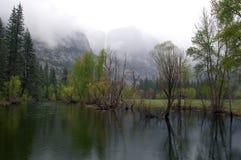 Yosemite flod med berg i dimman Arkivbild