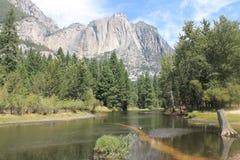 Yosemite-Fluss affter Dürre von 2015 im August lizenzfreie stockfotografie