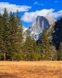 Yosemite landskap med den halva kupolen Arkivfoto