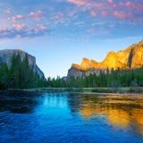 Yosemite Merced flod el Capitan och halv kupol Arkivbild