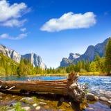 Yosemite Merced flod el Capitan och halv kupol Arkivbilder
