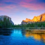 Yosemite Merced flod el Capitan och halv kupol Arkivfoto