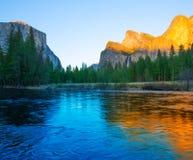 Yosemite Merced flod el Capitan och halv kupol Royaltyfria Bilder