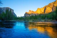 Yosemite Merced flod el Capitan och halv kupol Royaltyfri Foto