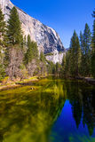 Yosemite Merced flod och el Capitan i Kalifornien Fotografering för Bildbyråer
