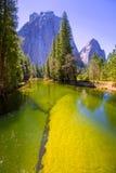 Yosemite Merced flod och halv kupol i Kalifornien Arkivbild