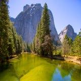Yosemite Merced flod och halv kupol i Kalifornien Royaltyfri Bild
