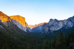 Yosemite narodu dolinny park podczas zmierzchu widoku od tunelowego widoku na mrocznym czasie Zdjęcia Royalty Free