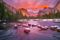 Yosemite Nationaal Park bij schemer met sneeuwkappen Royalty-vrije Stock Afbeelding