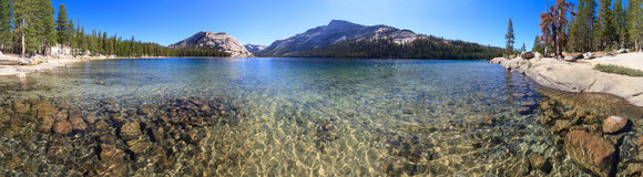 Yosemite Nationaal Park, Mening van Meer Tenaya (Tioga-Pas) royalty-vrije stock fotografie