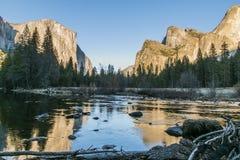 Yosemite nationalpark - den spegelförsedda sjön - fred och skönhet arkivfoton