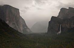 Yosemite nationalpark i den huvudvintern nästan El, Bridalveil nedgångar, halv kupol och den ursnygga Yosemite dalen fotografering för bildbyråer