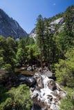 Yosemite nationalpark, Merced flod på mistslingan Arkivfoton