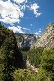 Yosemite nationalpark, Merced flod på mistslingan Arkivbild