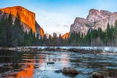 Yosemite nationalpark på solnedgången Arkivbilder