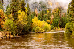 Yosemite nationalparkdal och Merced flod på hösten Arkivfoton