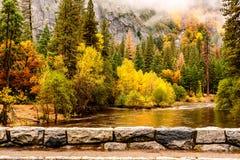 Yosemite nationalparkdal och Merced flod på hösten Arkivbilder