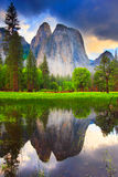 Yosemite oscila la reflexión Foto de archivo libre de regalías