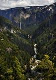 Yosemite& x27; s Iconische Bruidssluierdalingen aan het eind van de Rivier stock foto's