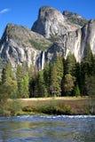 Yosemite siklawa z rzeką i spadków kolorami Zdjęcie Stock