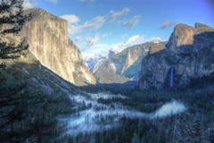 Yosemite-Steinfelsen-Nebelbäume stockbilder