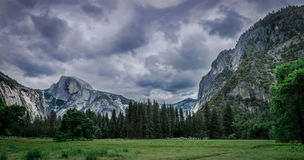 Yosemite-Tal hinter dem Sturm Stockbild