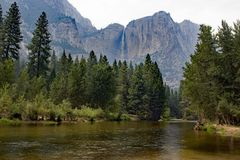 Yosemite-Tal mit Fluss und Wasserfall Lizenzfreies Stockfoto
