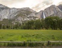 Yosemite-Wasserfall-Ansicht lizenzfreie stockfotografie