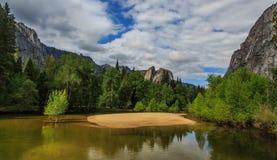Yosemite y el socio del río de Merced para arriba imagen de archivo libre de regalías