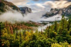 Yosemitevallei bij bewolkte de herfstochtend Royalty-vrije Stock Afbeelding