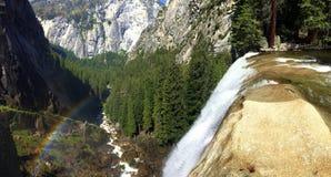 Yosemitewaterval met regenboog Stock Afbeelding