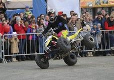 YOSHKAR-OLA, РОССИЯ - 5-ОЕ МАЯ 2018: AutoMotoshow в квадрате Фокусы на Wheelie, Stoppie и Akrobatyka ATV StuntRiding на кваде вел Стоковые Изображения RF